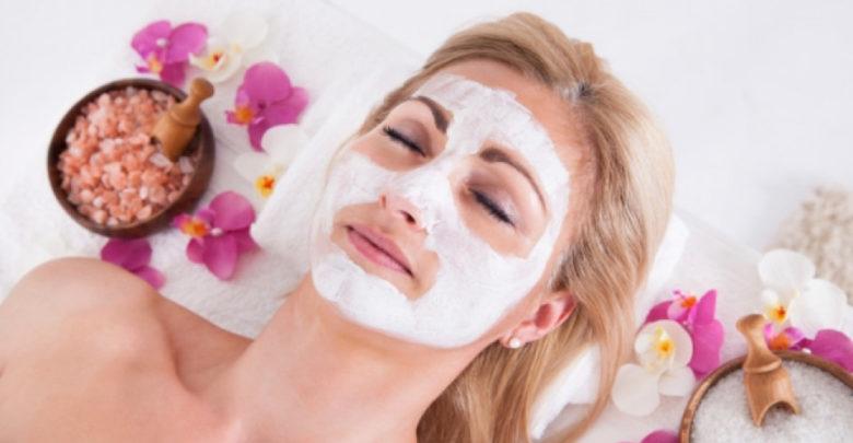 Нахранената кожа на лицето блести